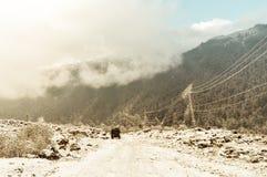 El vehículo campo a través va en la manera de la montaña durante la estación de lluvias del invierno en la cordillera Himalayan G imagenes de archivo