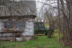 El vehículo de ejército raro está en un pueblo ruso Imagenes de archivo