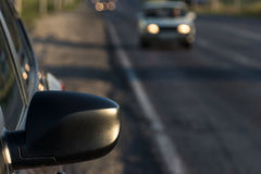El vehículo de pasajeros moderno está en el camino Imagenes de archivo