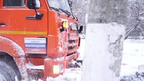 El vehículo especial limpia la calzada durante las nevadas en Moscú metrajes