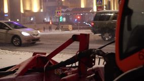 El vehículo especial limpia el pavimento durante las nevadas en el bulevar de Sretensky almacen de metraje de vídeo