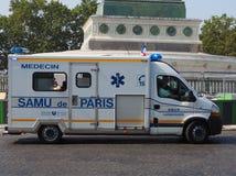 El vehículo francés de la emergencia acomete a través de París imagen de archivo
