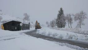 El vehículo tiró en cargador de la retroexcavadora limpia la nieve