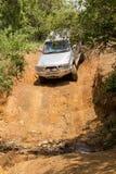 El vehículo Toyota Hilux del tracción cuatro ruedas es el hacer campo a través Imagen de archivo