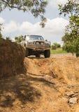 El vehículo Toyota Hilux del tracción cuatro ruedas es el hacer campo a través Fotos de archivo libres de regalías