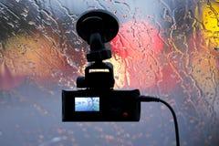 El vehículo DVR sobre el vidrio del coche en lluvia enciende la reflexión Imágenes de archivo libres de regalías