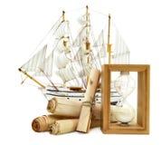 El velero con el papel enrolla un reloj de arena Imagen de archivo