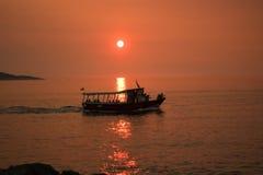 El velero en el mar adriático en sol se enciende Foto de archivo libre de regalías