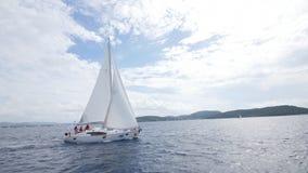 El velero navega con las velas blancas en el mar abierto metrajes