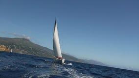 El velero navega con las velas blancas en el mar Barcos de lujo almacen de metraje de vídeo