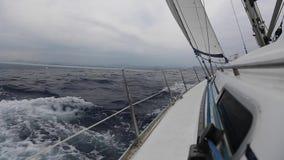 El velero navega con las velas blancas en el mar en clima tempestuoso Deporte almacen de video