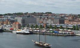El velero navega en el puerto de Kiel - Kiel - Alemania - Europa viejas Imagenes de archivo