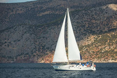 El velero participa en otoño 2014 de Ellada de la regata de la navegación el 12mo entre el grupo de islas griego en el Mar Egeo Foto de archivo libre de regalías