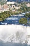El velo nupcial de gran alcance baja con Niagara Fotos de archivo