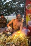 El vendedor ambulante con una máscara que vende la barbacoa en la demostración de la linterna, Chengdu, China Fotografía de archivo libre de regalías