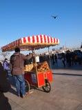 El vendedor ambulante vende el pan de Simit, Estambul Imagen de archivo