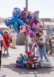 El vendedor ambulante vende los globos en la costa en Yafo, Israel Fotos de archivo libres de regalías
