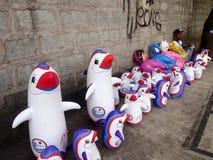 El vendedor ambulante vende los juguetes de goma inflables Imágenes de archivo libres de regalías