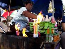 El vendedor ambulante vende velas fuera de la iglesia famosa de Antipolo Fotografía de archivo