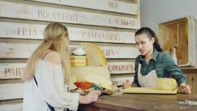 El vendedor amistoso comunica con el comprador La tienda del queso metrajes