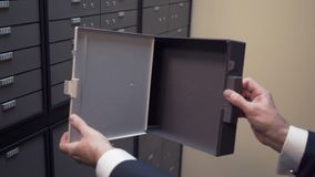 El vendedor de banco muestra a almacén seguro vacío el envase plástico de la célula metrajes
