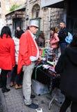 El vendedor de focos es soportes en la tabla con las mercancías Imagen de archivo