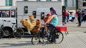 El vendedor de la bicicleta vende los pretzeles en Berlin Germany imágenes de archivo libres de regalías