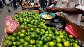 El vendedor de la cal de la calle pela la fruta para la exhibición y el muestreo almacen de video