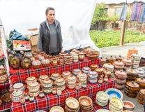 El vendedor de la cerámica tradicional en los juegos de Nestinarski, Bulgaria imagen de archivo