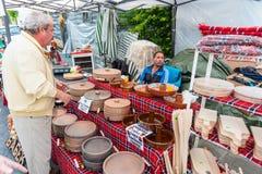 El vendedor de la cerámica tradicional en los juegos de Nestinarski en Bulgaria foto de archivo libre de regalías