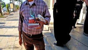 El vendedor de la fortuna con los loros en Shiraz almacen de metraje de vídeo