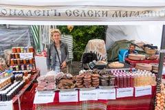 El vendedor de productos hechos en casa nacionales en los juegos de Nestenar en Bulgaria Imágenes de archivo libres de regalías