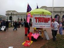 El vendedor en la estación de la unión, recuerdos del triunfo, hace América grande una vez más el ` s marzo, Washington, DC, los  Imagen de archivo