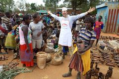 Mercado africano y vendedor italiano Fotos de archivo libres de regalías