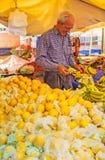 El vendedor mayor en el mercado de Antalya Imagen de archivo
