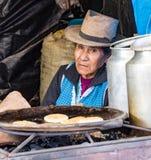 El vendedor mira hacia fuera de su soporte que vende las crepes Imagenes de archivo