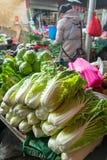 El vendedor no identificado de la producción vende verduras frescas foto de archivo libre de regalías