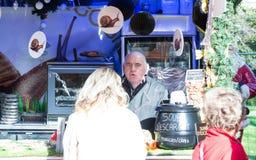 El vendedor no identificado de la sopa del caracol en el mercado de la Navidad imágenes de archivo libres de regalías