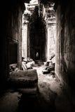 El venir ligero a través de la azotea del templo de Angkor Foto de archivo libre de regalías