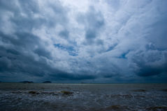 El venir oscuro de las nubes fotos de archivo