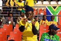 El ventilador de fútbol sopla en el claxon de Vuvuzela Fotos de archivo