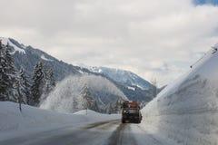 El ventilador de nieve borra un camino de la nieve imagen de archivo libre de regalías