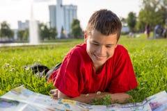 El verano adolescente de risa miente en la hierba Fotos de archivo libres de regalías