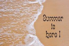 El verano aquí está escribiendo en la playa arenosa Imágenes de archivo libres de regalías