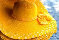 El verano brimmed de par en par el sombrero de vestido amarillo de la playa de la paja fotos de archivo
