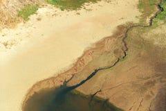 El verano caliente extremo y el suelo se secaron por el sol Imagen de archivo libre de regalías