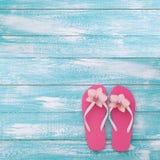 El verano, calzada de madera, accesorios de la playa imita para arriba Imagenes de archivo