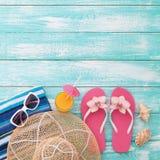 El verano, calzada de madera, accesorios de la playa imita para arriba Imagen de archivo