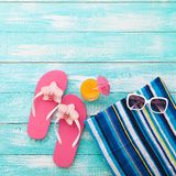 El verano, calzada de madera, accesorios de la playa imita para arriba Foto de archivo