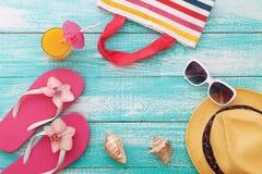 El verano, calzada de madera, accesorios de la playa imita para arriba Fotografía de archivo